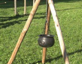 driepoot hout met kleine ketel